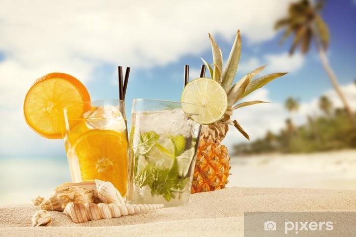 Vinylová fototapeta Letní nápoje s rozostření pláži na pozadí - Vinylová fototapeta
