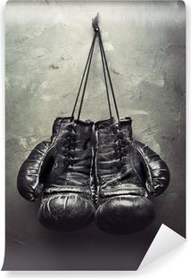 Abwaschbare Fototapete Alte Boxhandschuhe hängen an Nagel