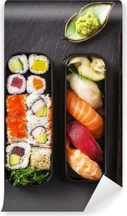 Abwaschbare Fototapete Bento Box mit Sushi und Rollen