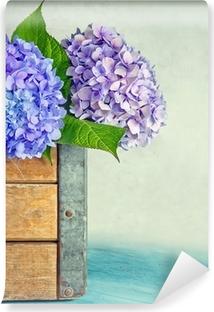 Abwaschbare Fototapete Blaue Hortensien Blüten in einer Holzkiste