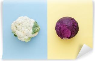 Abwaschbare Fototapete Blumenkohl und Rotkohl auf einem hellen Hintergrund Farbe. Gemüse der Saison minimal Stil. Das Essen im minimalistischen Stil.