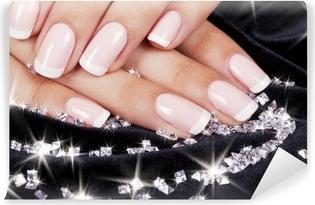 Abwaschbare Fototapete Nägel der schönen Frau mit Französisch Maniküre und Diamanten.