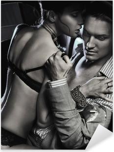 Adesivo Pixerstick Amare coppia in macchina abbraccia in bianco e nero