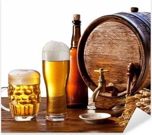 Adesivo Pixerstick Barile di birra con bicchieri di birra su un tavolo di legno.