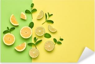 Adesivo Pixerstick Concetto di cibo biologico vegano. arancia agrumi limone frutta fresca con foglie di menta. layout creativo. distesa piatta. stile alla moda. arte del design minimale. calde vibrazioni estive. colore brillante.