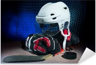 Adesivo Pixerstick Guanti per hockey, casco e bastone giacevano sul ghiaccio.