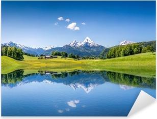 Adesivo Pixerstick Idilliaco paesaggio estivo con lago di montagna e le Alpi