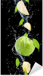 Adesivo Pixerstick Mele verdi a spruzzi d'acqua, isolato su sfondo nero
