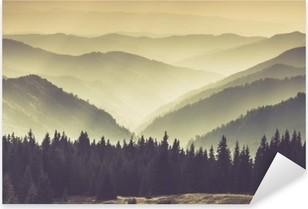 Adesivo Pixerstick Paesaggio di colline montagna nebbioso.