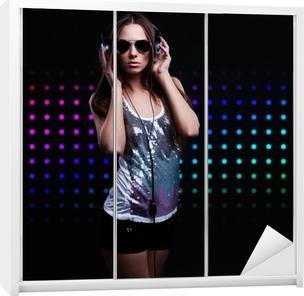 Adesivo Giovane donna DJ godendo la musica in cuffia • Pixers® - Viviamo per  il cambiamento 110f45ee7f13