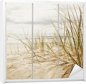 Adesivo per Guardaroba Primo piano di un erba alta su una spiaggia durante la stagione nuvoloso