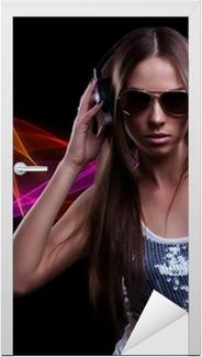 Carta da Parati Giovane donna DJ godendo la musica in cuffia • Pixers® - Viviamo  per il cambiamento 61fea2560399