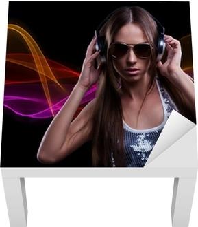 Adesivo per Tavolino Lack Giovane donna DJ godendo la musica in cuffia •  Pixers® - Viviamo per il cambiamento 70d31c9368e1