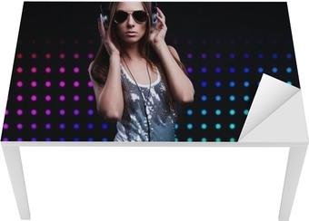 Quadro su Tela Giovane donna DJ godendo la musica in cuffia • Pixers® - Viviamo  per il cambiamento df0a63d604d5