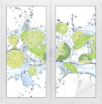 Adesivo per Vetri & Finestre Limes freschi in spruzzi d'acqua, isolato su sfondo bianco