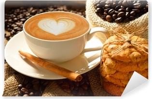 Afwasbaar Fotobehang Een kopje koffie latte met koffiebonen en koekjes
