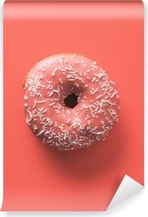 Afwasbaar Fotobehang Kleur van het concept living koraal van het jaar 2019. donut met levend koraal glazuur op koraal papier achtergrond. bovenaanzicht of vlak leggen. kopieer ruimte voor tekst.