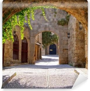 Afwasbaar Fotobehang Middeleeuwse gebogen straat in de oude stad van Rhodos, Griekenland
