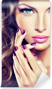 Afwasbaar Fotobehang Mooi model met krullend haar en paarse manicure