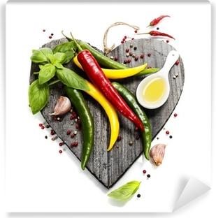 Afwasbaar Fotobehang Verse groenten op hartvormige snijplank