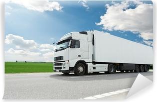 Afwasbaar Fotobehang Witte vrachtwagen met aanhangwagen over blauwe hemel