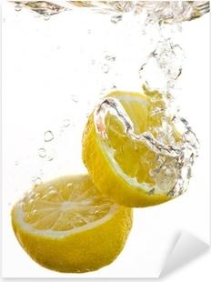 Pixerstick Aufkleber 2 Hälften von Zitronen fallen ins Wasser und machen In Blasenp