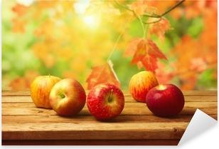 Pixerstick Aufkleber Äpfel auf WOODN Tabelle über Herbst Hintergrund Bokeh