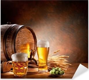 Pixerstick Aufkleber Beer barrel mit Bier Gläser auf einem Holztisch.p