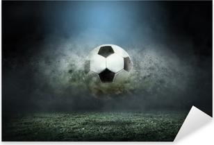 Pixerstick Aufkleber Bewegender Fußball um Spritzer fällt auf das Stadionfeld.