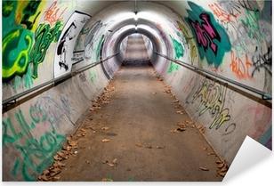 Pixerstick Aufkleber Ein langer Fußgängertunnel mit Graffiti bedeckt und Neonröhren