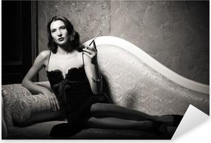 Pixerstick Aufkleber Film-Noir-Stil: elegante junge Frau liegt auf dem Sofa und das Rauchen von Zigaretten. Schwarz und weiß