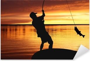 Pixerstick Aufkleber Fischer mit einem Fang von Fischen auf Sonnenaufgang Hintergrundp