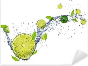 Pixerstick Aufkleber Frische Limetten im Wasser spritzen, isoliert auf weißem Hintergrundp