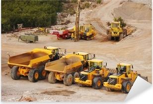 Pixerstick Aufkleber Große LKW-Lastwagen und Traktoren in einem Steinbruchp