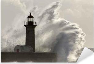 Pixerstick Aufkleber Große stürmische Seewelle spritzt über Leuchtturm