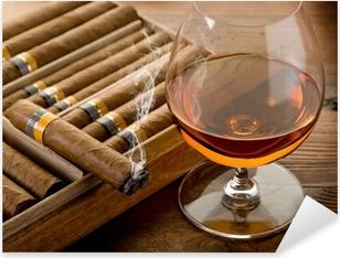 Pixerstick Aufkleber Kubanische Zigarre und Cognac auf Holz Hintergrundp