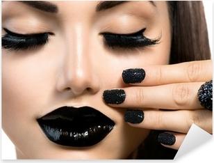 Pixerstick Aufkleber Schönheit Mode Mädchen mit trendigen Caviar Black Maniküre und Make-up
