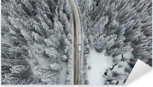 Pixerstick Aufkleber Snowy-Straße mit einem Auto im Wald