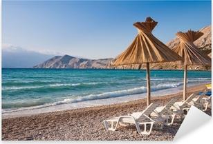 Liegestuhl mit sonnenschirm strand  Fototapete Sonnenschirm und Liegestuhl am Strand von Baska in Krk ...