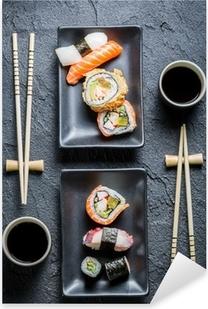 Pixerstick Aufkleber Sushi für zwei serviert auf schwarzem Stein