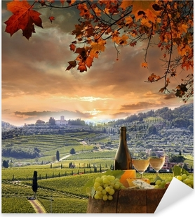 Pixerstick Aufkleber Weißwein mit Spitzenhülse im Weinberg, Chianti, Toskana, Italien