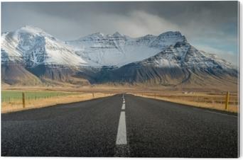 Bild auf Alu-Dibond Perspektivenstraße mit Schneegebirgszughintergrund in der bewölkten Tagesherbstsaison Island