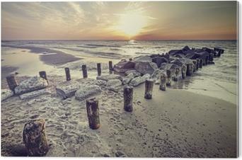 Bild auf Alu-Dibond Schöner Sonnenuntergang der Retro- Weinleseart über Ostsee.
