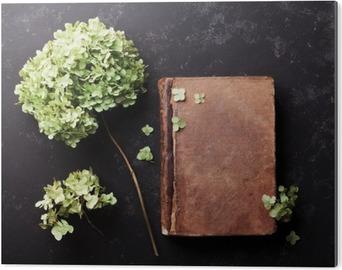 Bild auf Alu-Dibond Stillleben mit alten Buch und getrockneten Blumen Hortensie auf schwarzem Vintage Tisch Draufsicht. Wohnung lag Styling.