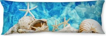 Sommer pur: Muscheln und Seesterne vor blauem Meer Body Pillow