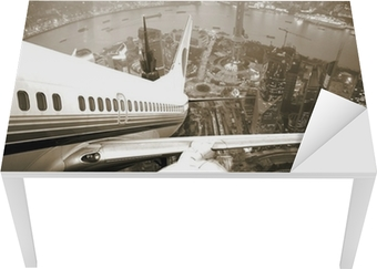 Flyvningen tager afsted fra byens nat. Bord og skrivbordfiner