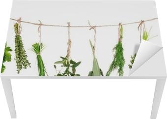 Friske urter hængende isoleret på hvid baggrund Bord og skrivbordfiner