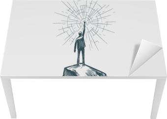 Manden står på toppen af bjerget med fakkel i hånden. forretning, opnåelse af mål, succes, opdagelse koncept. skitse vektor illustration Bord og skrivbordfiner