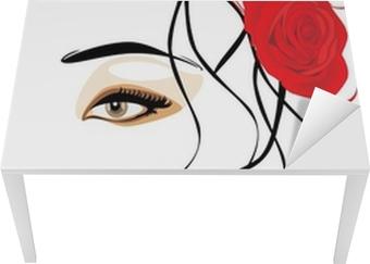 Portræt af smuk kvinde med rød rose i hår Bord og skrivbordfiner