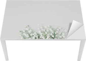 Smukke buket blomster Lily af dalen på pastellbord ovenfra. minimal sammensætning og flad lay stil. Bord og skrivbordfiner
